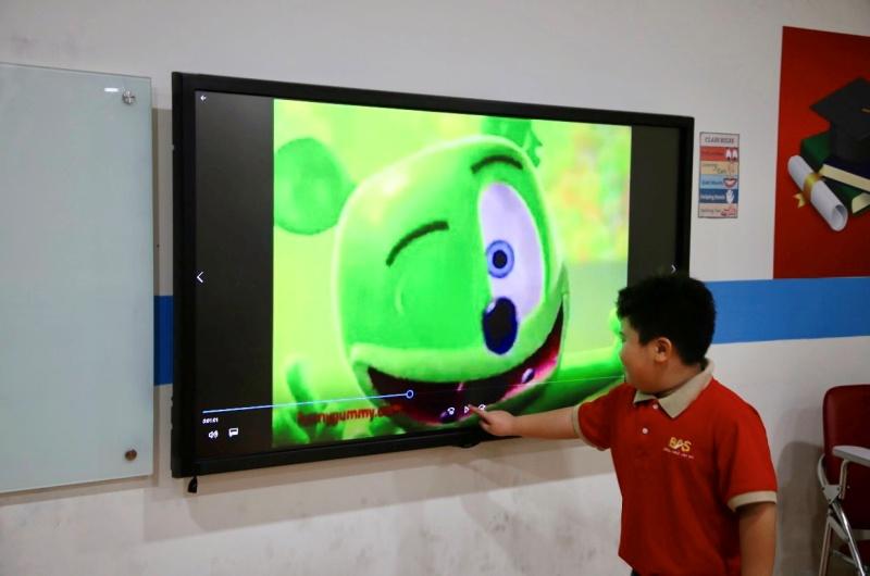 Bí quyết học tiếng Anh qua video đối với học viên trẻ tuổi